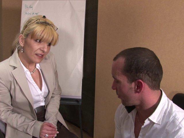 La jolie blonde pulpeuse pratique la sodomie