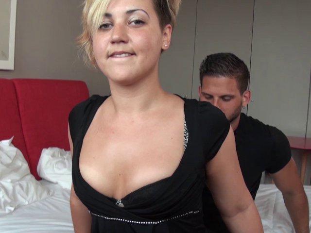 Scène de baise entre lesbiennes mais un homme s'invite !