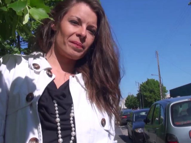 Jeune femme à gros seins cochonne devant la caméra