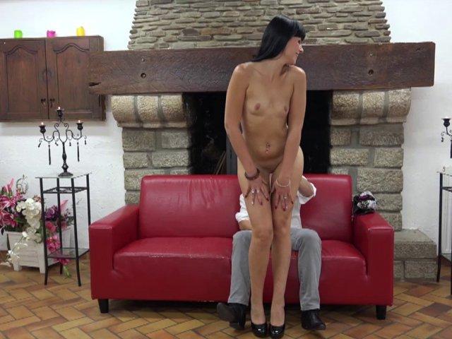 Papy casteur vicieux baise une jeunette de 18 ans