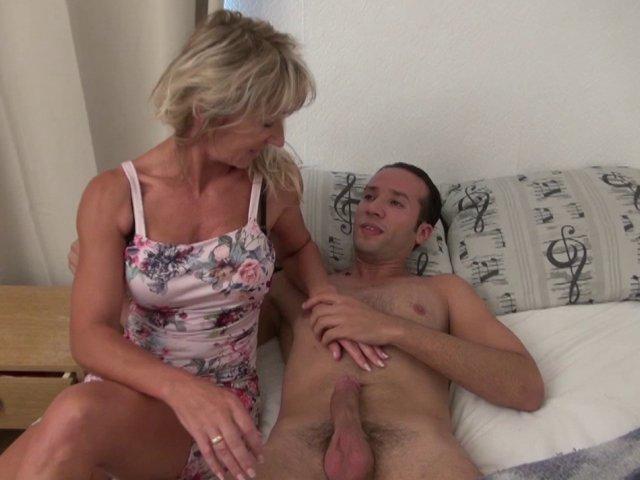 Femme à la chatte trempée pendant la partie de sexe intense