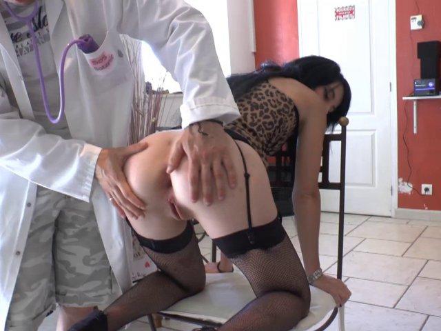 Cette jeunette ultra bandante donne du plaisir anal