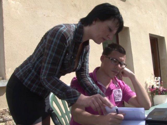 Une élève se fait baiser le fion en levrette par son prof