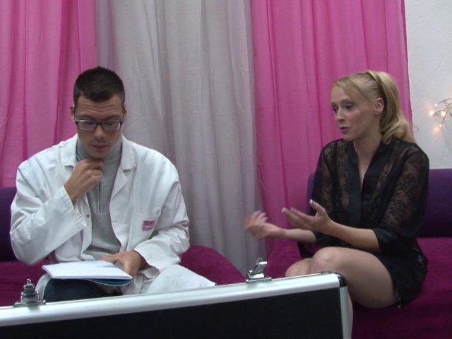 Jeune femme blonde novice teste la sodomie !