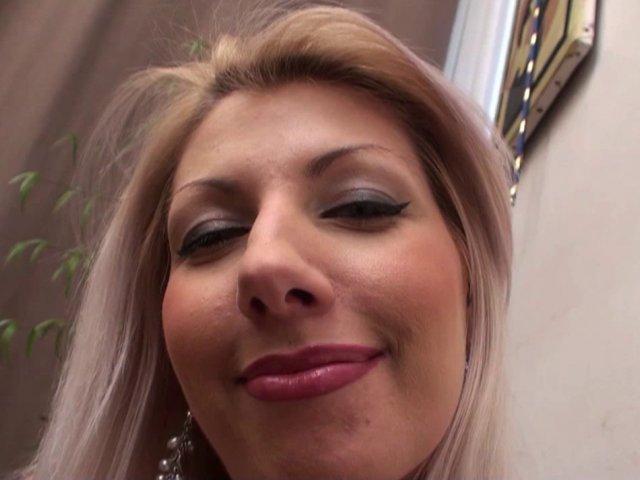 Une blonde très gourmande et une vraie avaleuse de sperme !