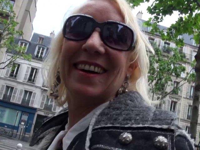 Une femme Cougar blonde totalement accro au sexe !
