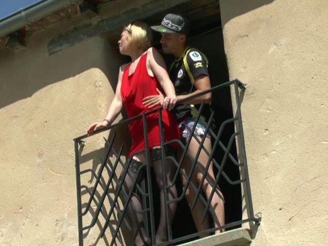 Une femme blonde exhibitionniste se fait baiser sur le balcon !