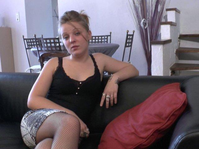 Jeune blonde amatrice de sexe