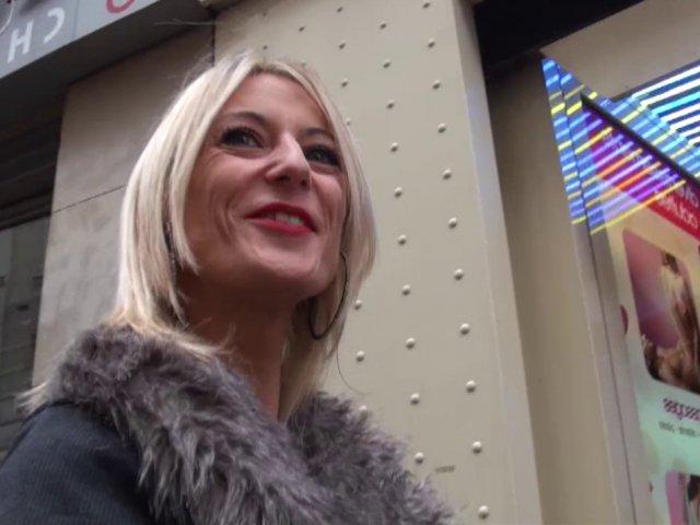 Une bonne baise intense dans un sex-shop à Paris !